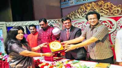 মহাত্মা গান্ধী শান্তি পুরস্কার পেলেন বিউটি সিকদার