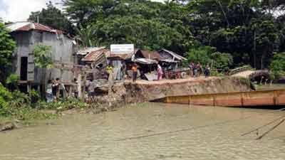 আকস্মিক নদী ভাঙনে বিলীন ব্যবসা প্রতিষ্ঠান ও ফেরির গ্যাংওয়ে