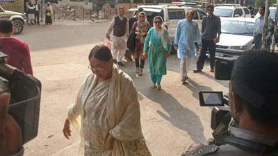 খালেদা জিয়াকে দেখতে হাসপাতালে স্বজনরা