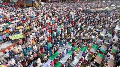 লাখো মুসল্লির ঢল, ইজতেমা ময়দানে জুমা আদায়