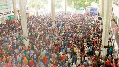 কমলাপুরে প্রথম দিনেই উপচে পড়া ভিড়