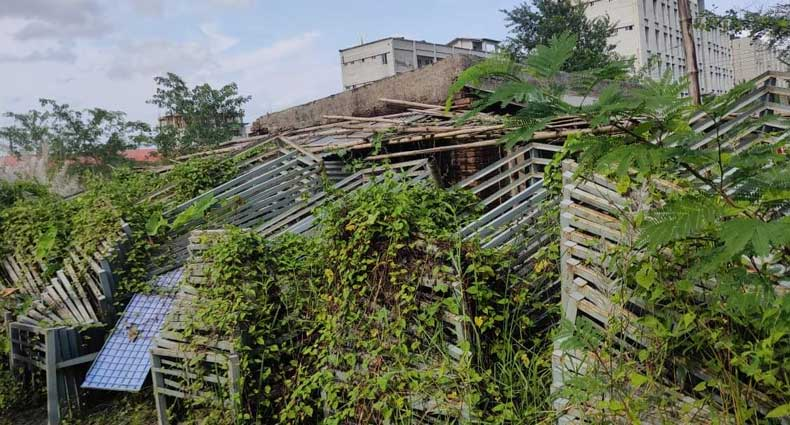কোটি টাকায় কেনা সরকারি খাটখোলা আকাশের নিচে