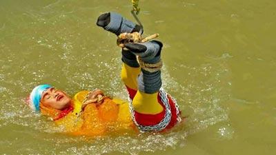 জাদু দেখাতে গিয়ে নদীতে তলিয়ে গেল জাদুকর