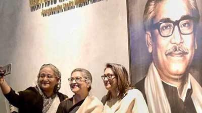 বঙ্গবন্ধুর ছবির সামনে বোন-মেয়ের সঙ্গে প্রধানমন্ত্রীর সেলফি ভাইরাল