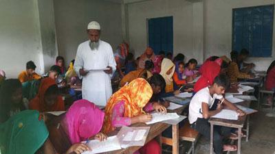 টাকার বিনিময়ে পিইসি পরীক্ষা দিচ্ছে মাধ্যমিকের শিক্ষার্থীরা