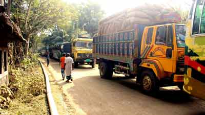 বরিশাল-খুলনা আঞ্চলিক মহাসড়কে যানবাহন চলাচল বন্ধ