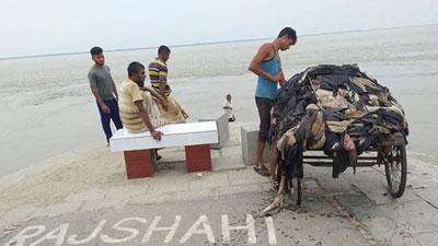 রাজশাহীতে নদীতে চামড়া ফেলে দিলেন ব্যবসায়ীরা