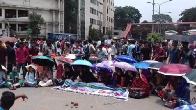 সাত কলেজ অধিভুক্তি বাতিলে রাস্তায় নেমেছে ঢাবি শিক্ষার্থীরা