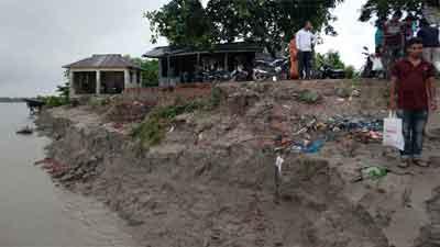 অসময়ে ভয়াবহ ভাঙ্গনে নদীগর্ভে ৫ শতাধিক ঘর-বাড়ি