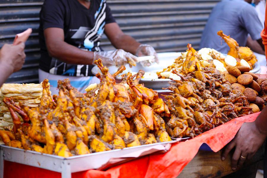 ঢাকা বিশ্ববিদ্যালয়ের চারুকলার বকুলতলায় 'জাতীয় বসন্ত উৎসব উদযাপন পরিষদ' বসন্ত বরণ অনুষ্ঠান করে