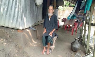 ৪৬ বছর কালো পোশাক-খালি পায়ে বঙ্গবন্ধুর স্মরণে ইসাহাক