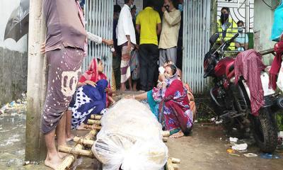 দেনাদারের বসতবাড়ির সামনে মরদেহ রেখে প্রতিবাদ