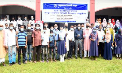 নোয়াখালীতে স্কুলে শাহ্জালাল ইসলামী ব্যাংকের স্বাস্থ্য সামগ্রী বিতরণ