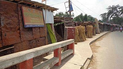 ফুলবাড়ীতে সওজের জায়গায় অবৈধ স্থাপনা নির্মাণ