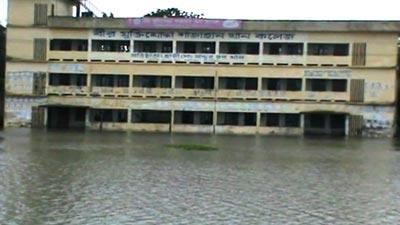 মাদারীপুরে টানা বর্ষণে পুরো শহর হাটু পানির নিচে