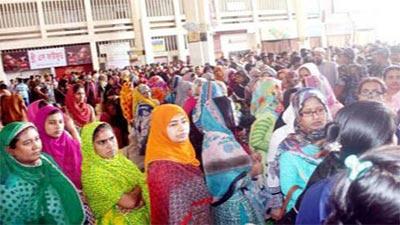 টিকিট কাটার শেষ দিনেও কমলাপুরে দীর্ঘ লাইন