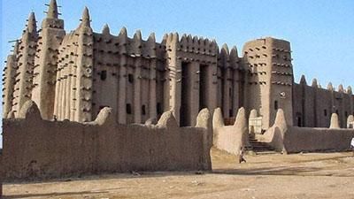 অপূর্ব নির্মাণ শৈলীর বিশ্বের বৃহৎ মাটির মসজিদ