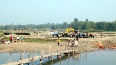 ঠাকুরগাঁওয়ে অবৈধ উপায়ে চলছে রাস্তা নির্মাণের কাজ