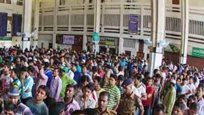 কমলাপুরে ট্রেনের টিকিট প্রত্যাশীদের ভিড়