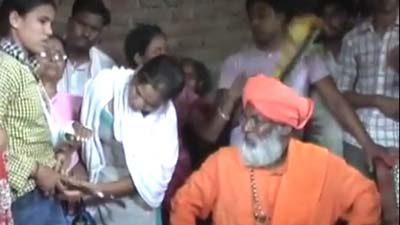 ভারতে তরুণীর প্যান্ট খুলতে বাধ্য করলেন বিজেপি সাংসদ