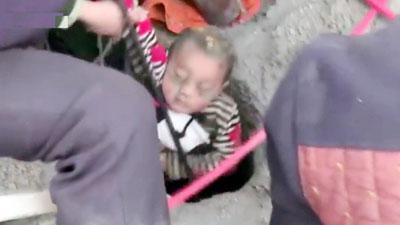 চীনে ৯০ মিটার গভীর কুয়া থেকে ৩ বছরের শিশু উদ্ধার