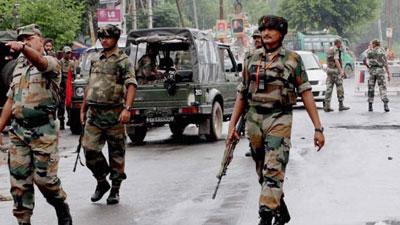 কাশ্মীরে জঙ্গিদের সঙ্গে ভারতীয় বাহিনীর সংঘর্ষ চলছে