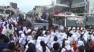 টঙ্গীতে মহাসড়ক অবরোধ করে শিক্ষার্থীদের বিক্ষোভ