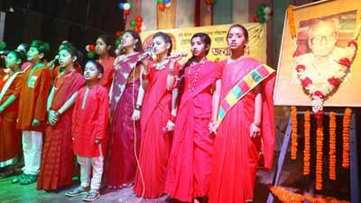 নৃত্য-গান-কবিতায় দাদাভাইকে স্মরণ