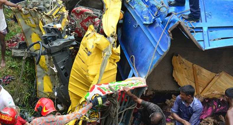 নিয়ন্ত্রণ হারিয়ে ট্রাক কুড়ের ঘরে, প্রাণগেল ঘুমন্ত মা-মেয়ের