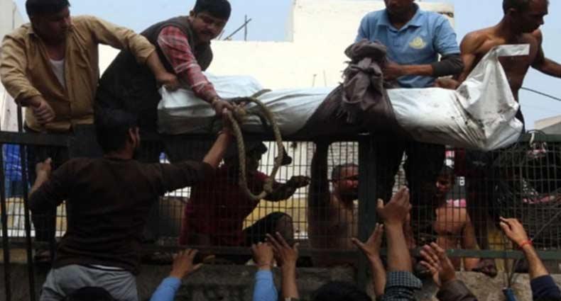 দিল্লির নালা নর্দমা থেকে উঠানো হচ্ছে মুসলিমদের লাশ