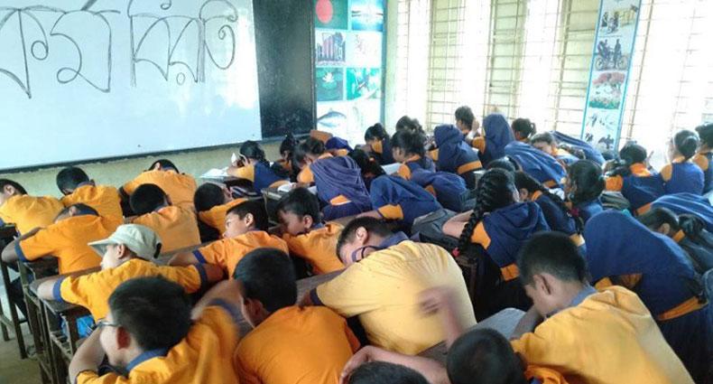 শিক্ষকদের কর্মবিরতিতে ক্লাসে ঘুমাচ্ছে শিক্ষার্থীরা