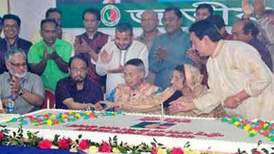 ৯০ পাউন্ডের কেক কেটে ৯০তম জন্মদিন পালন এরশাদ'র