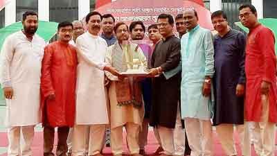 'স্বাধীনতা পদক' নীলফামারীবাসীকে উৎসর্গ করলেন আসাদুজ্জামান নূর