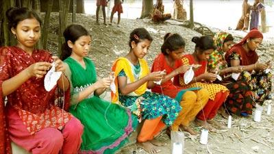 টুপি তৈরি করে স্বাবলম্বী হচ্ছেন গ্রামীণ নারীরা