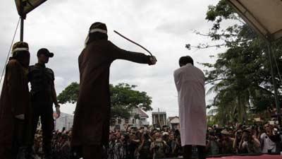 ইন্দোনেশিয়ায়  সমকামী যুগলকে প্রকাশ্যে 'দোররা'