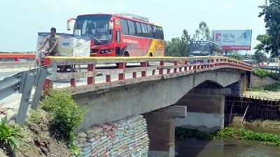 রংপুর-ঢাকা মহাসড়কের দমদমা ব্রিজে ফাটল