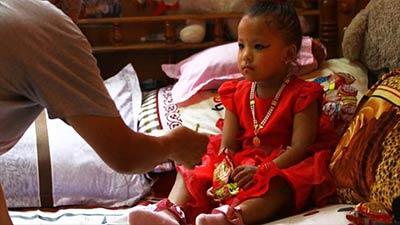 স্বর্গ থেকে এসেছেন 'দেবী', তোলপাড় নেপালে