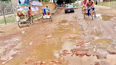 কুমিল্লায় ভাঙা সড়কে বাড়ছে দুর্ভোগ