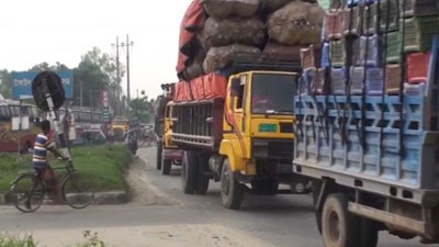 ঢাকা-টাঙ্গাইল মহাসড়কে ধীরগতিতে চলছে গাড়ি