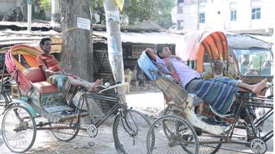 দিনাজপুরে দাবদাহে থমকে গেছে জীবনযাত্রা