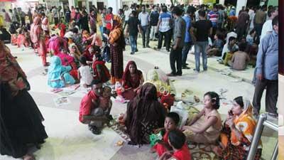 ট্রেনের টিকেটের জন্য কমলাপুরে 'মহাভিড়'