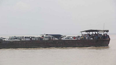 শিমুলিয়া-কাঠালবাড়ি নৌ-রুটে আটকা পড়েছে দুই ফেরি