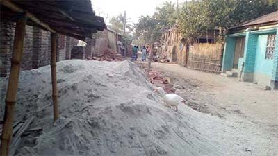 গাংনীতে নির্মাণ সামগ্রী রেখে-মাটি খুঁড়ে 'রাস্তা দখল'