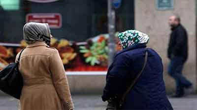 হিজাব পরায় মুসলিম অন্তঃসত্ত্বা নারীর পেটে ঘুষি!