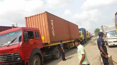 ঢাকা-চট্টগ্রাম মহাসড়কে দীর্ঘ যানজট, ভোগান্তিতে যাত্রীরা