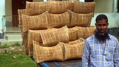 চাই-বুছনা তৈরিতে ব্যস্ত কারিগররা