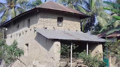 বিলুপ্ত প্রায় ঐতিহ্যবাহী মাটির ঘর