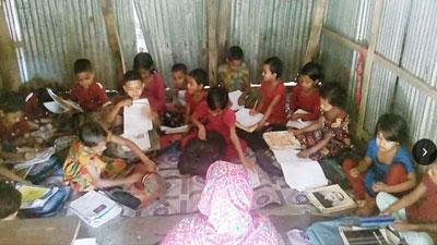 প্রাথমিক বিদ্যালয়ের ছাত্র-ছাত্রীদের মাটিতে বসে পাঠদান