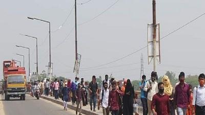 ময়মনসিংহ থেকে হেঁটে ঢাকার পথে কয়েকশ শ্রমিক