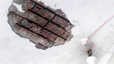 স্কুলের ঝুঁকিপূর্ণ ভবনের পলেস্তরা ভেঙ্গে দুই ছাত্র আহত